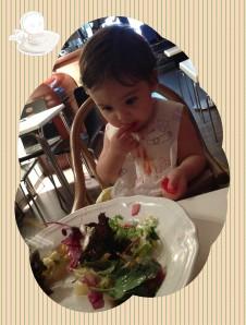 El niño ya come solo